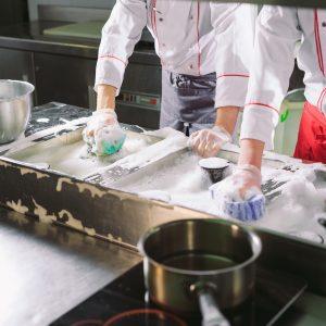 Quimicos de limpieza en cocina industrial